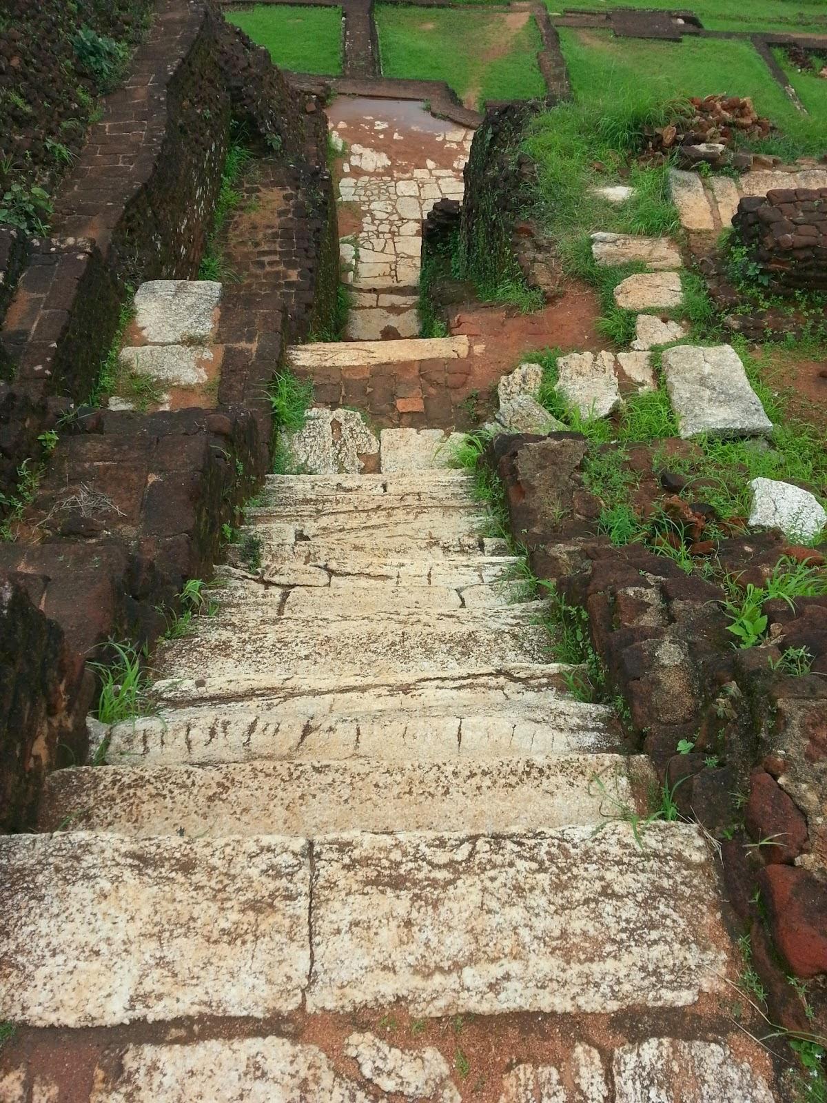 Древняя лестница ведущая вниз вершины пирамиды Сигирии, гранитному трону, выложена белым камнем