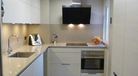 Hogar diez la reforma de una cocina peque a for Cocinas cuadradas pequenas