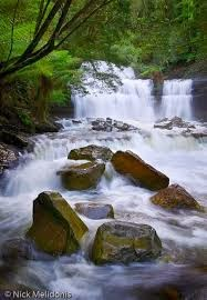 air sungai terpecah oleh bebatuan