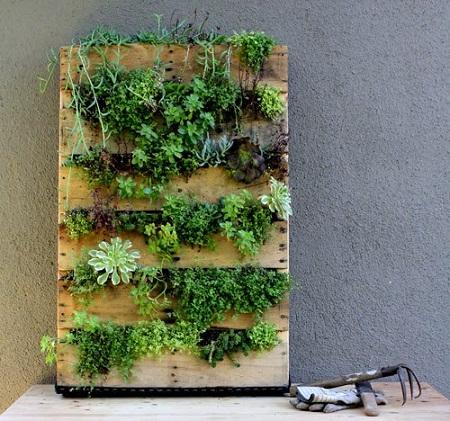 Jardines verticales con palets reciclados for Materiales para jardines verticales