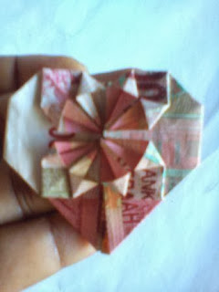 seni cara melipat uang kertas berbentuk bunga hati cantik dan lucu