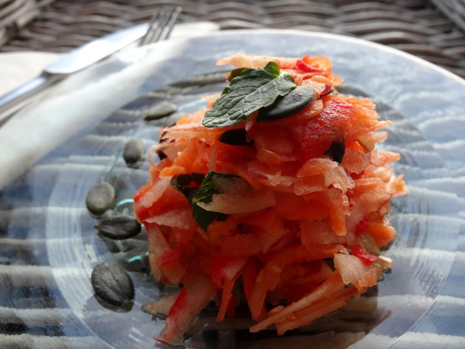 Möhren-Apfel-Salat mit Minze und Kürbiskernen