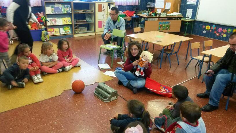 La maestra Vero explica a los niños cómo se trabaja con Braillín