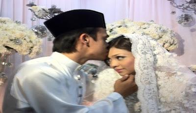 Gambar Zahiril Adzim Cium Shera Aiyob Semasa Majlis Pernikahan