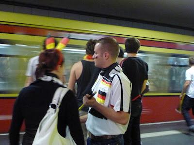 Schwarz-Rot-Gold als Hasenohren, Schal, Guirlande ... und als Grundfarben der S-Bahn