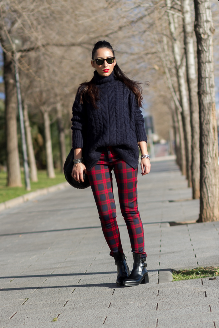 Outfit estilismo con pantalones de neopreno de cuadros y maxi jersey de cuello alto