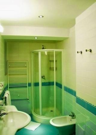 Kamar mandi warna biru hijau