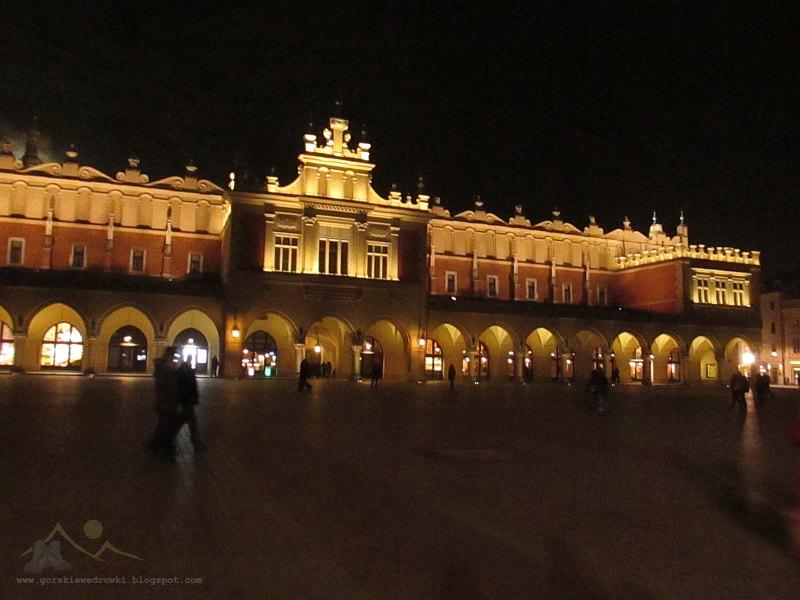 Księżycowy wieczór nad Krakowskim Rynkiem [fot. Dorota i Marek Szala]