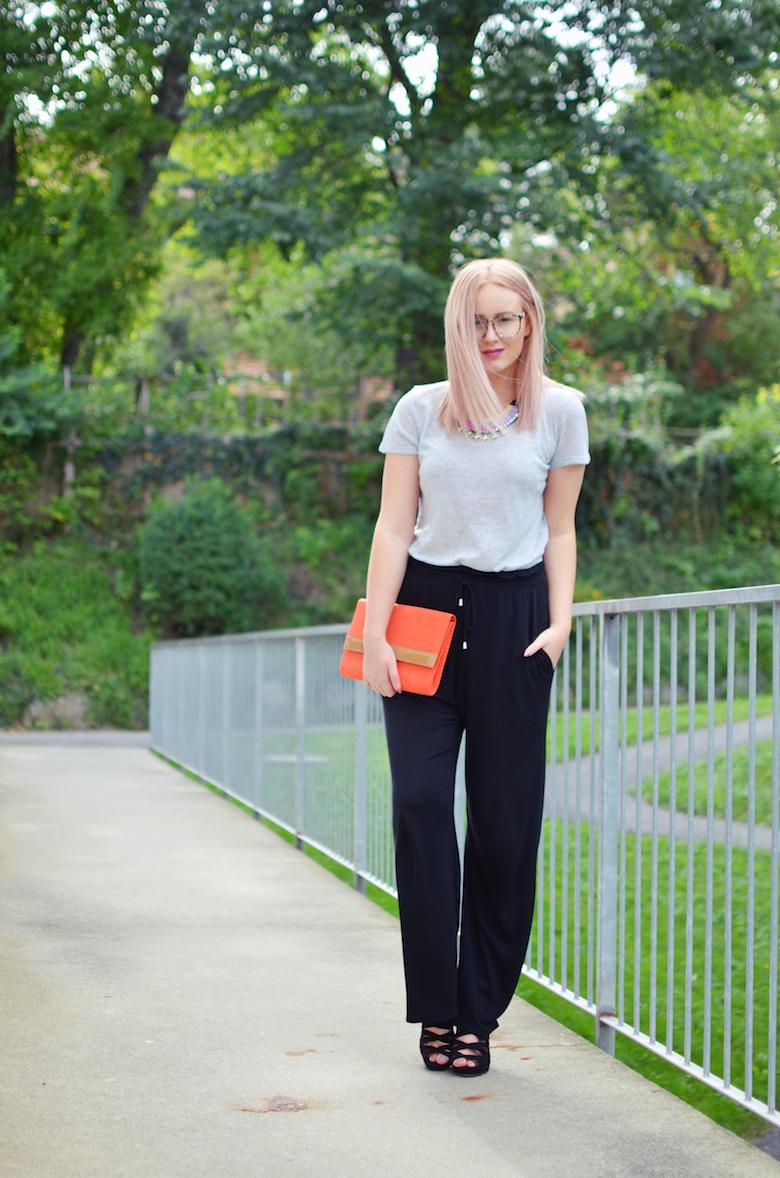 Outfit_schwarze_weite_Hose_High_Heels_orange_clutch_bunte_Accessoires_ViktoriaSarina