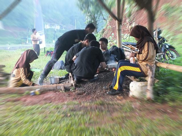 Bekerja Sama Dan Gotong Royng Adalah Ciri Bangsa Indonesia