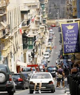 Hombre en el maletero de un coche en Malta