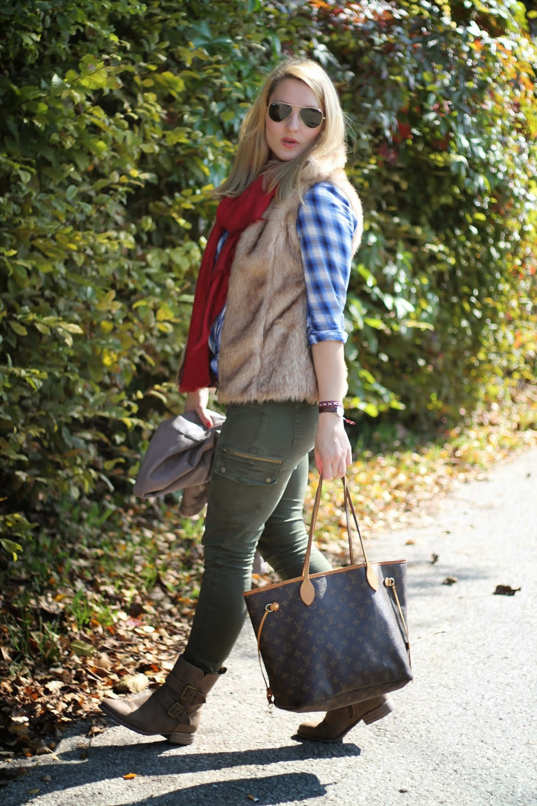 Fashionblogger Austria / Österreich / Deutsch / German / Kärnten / Carinthia / Klagenfurt / Köttmannsdorf / Spring Look / Classy / Edgy / Autumn / Autumn Style 2014 / Autumn Look / Fashionista Look / Louis Vuitton / Neverfull Monogramm MM / Scarf / Brown Blouse Holzfällerhemd Pimkie / Fellweste Fake Fur Vest Zara Kids / Ernsting's Family Boots Autumn Winter 2014 / Takko Leather Vest Taupe / Zara Oliv Mility Pats / Ray Ban Aviator Sunglasses Pilot/