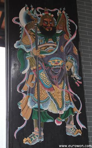 Guardianes pintados en las puertas del Memorial Yu Kiu