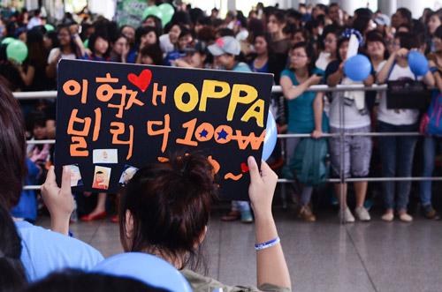 """Rừng fan """"bủa vây"""" dàn sao Hàn ở sân bay Tân Sơn Nhất"""