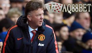 Liputan Bola - Manager Manchester United, Louis van Gaal bersiap untuk sibuk di bursa transfer musim panas nanti. Van Gaal mewaspadai bahwa periode belanja pemain itu bakal sulit untuk sejumlah pemain, karena nama-nama baru mungkin datang.