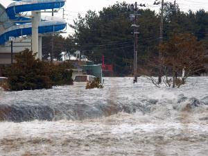 http://2.bp.blogspot.com/-hd5-jvDgIC0/TXnd8tYMMaI/AAAAAAAABSQ/k29qtnu-1Kc/s320/Tsunami%2BDi%2BJepang.jpg