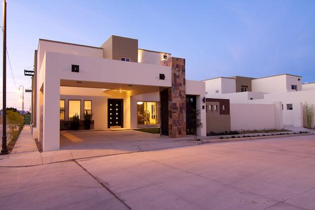 Fachadas de casas modernas lujosa fachada contempor nea y for Casas contemporaneas de dos pisos