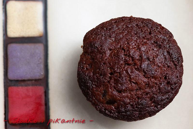 Czekoladowy muffin z wiśniami