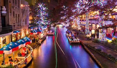 Ciudad adornada con luces de navidad