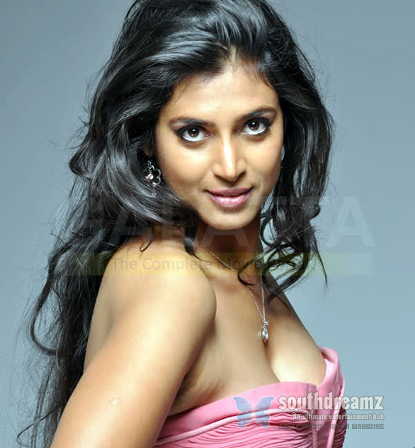 Tamil aunty actress Kasthuri hot cleavage show from latest photoshoot.