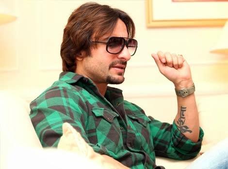 http://2.bp.blogspot.com/-heXYRa7Cjps/UlhWqPa0HrI/AAAAAAAADkA/XZExFMSEkLQ/s1600/saif-ali-khan-tattoos-1.jpg