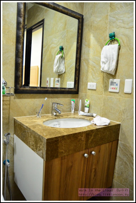 主臥浴室的檯面與浴櫃