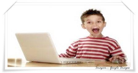 Criança feliz no computador