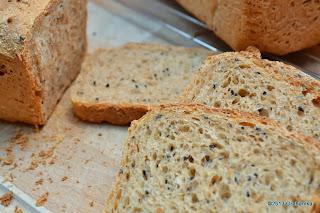 Chleb z prosem i czarnuszką.