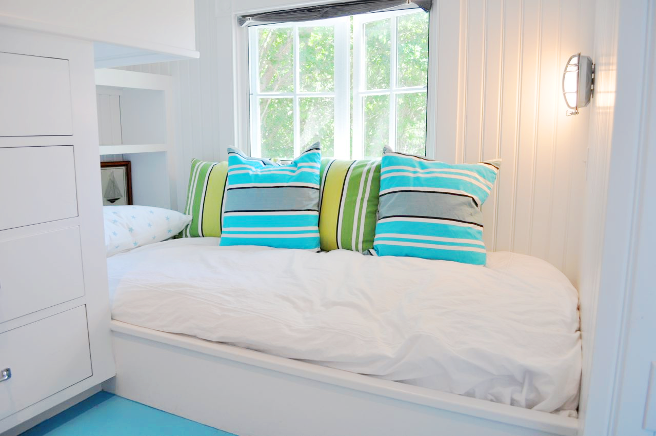 Nantucket natural island outdoor colors inisde a small for Small beach bedroom ideas
