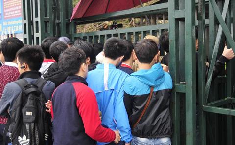 NHM đội mưa mua vé xem U23 Việt Nam