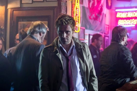 Constantine S01E02. Constantine entra en el bar.
