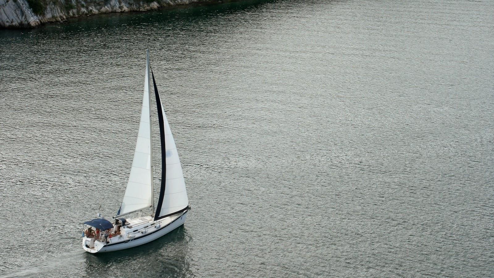 Boat in Sea Wallpaper