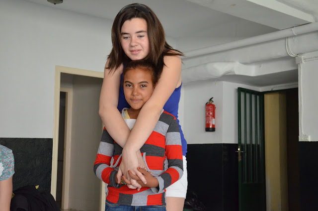 Niña saharaui y niña española
