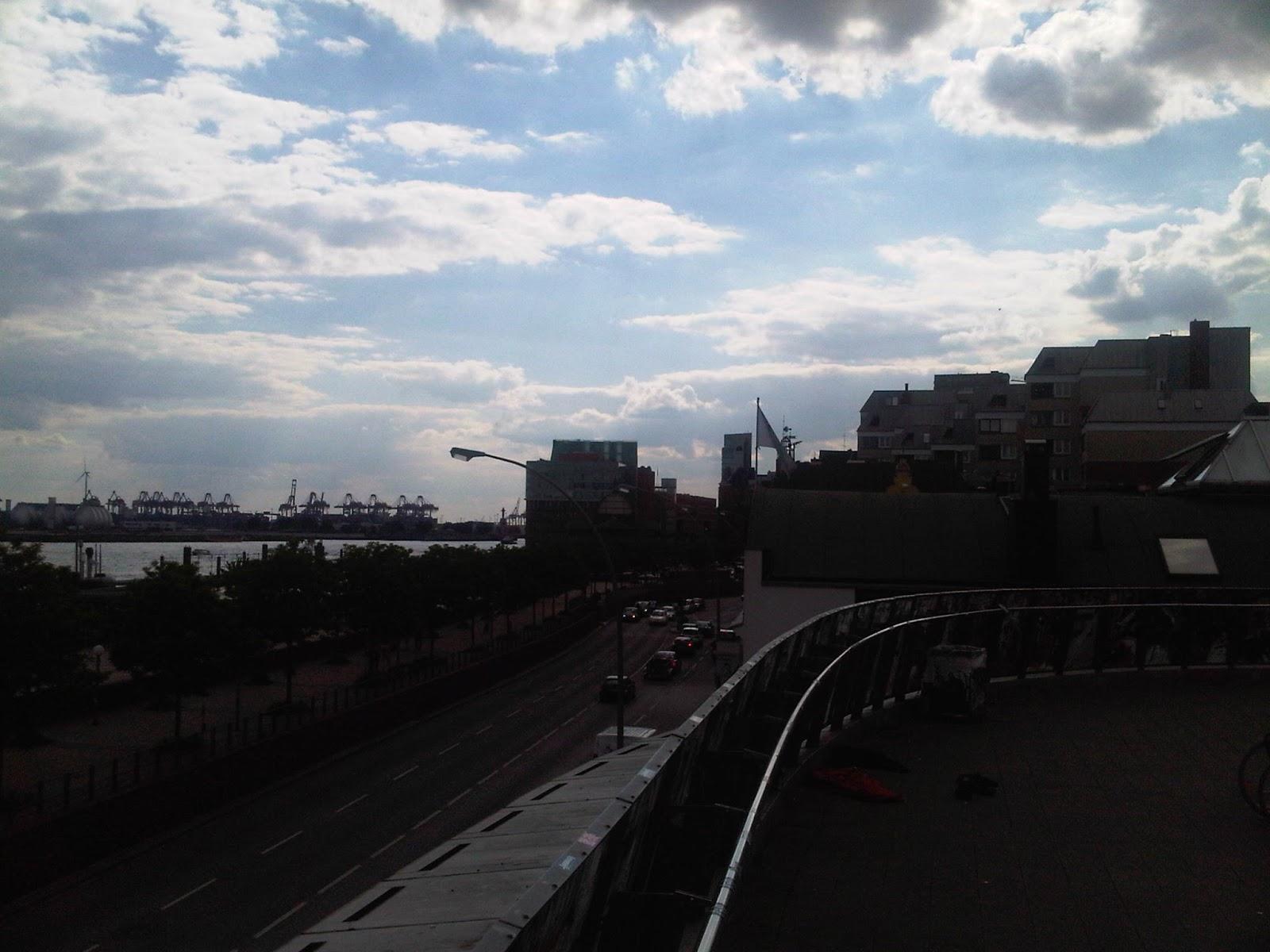 Blick elbabwärts an den Häusern entlang. Elbe, Kräne, Hafen, blauer Himmel, Wolken.