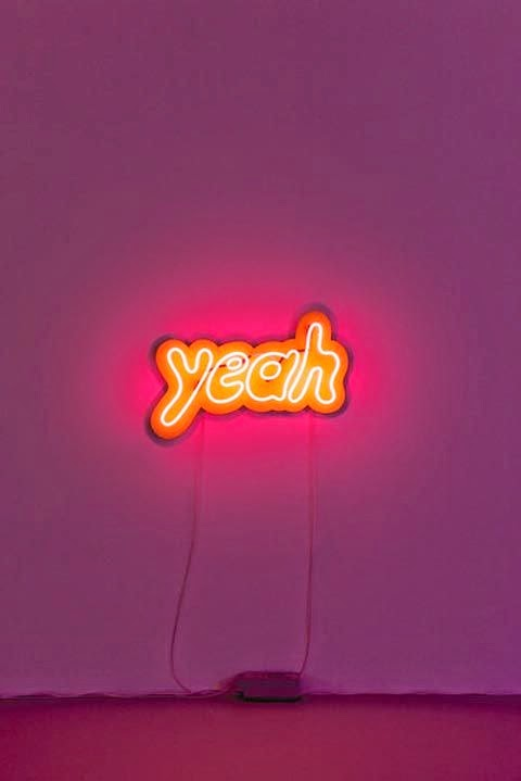"yeah neon sign on a purple wall néon ""yeah"" orange sur un mur violet"
