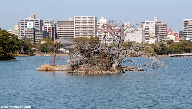 Isla en el Parque Ohori de Fukuoka