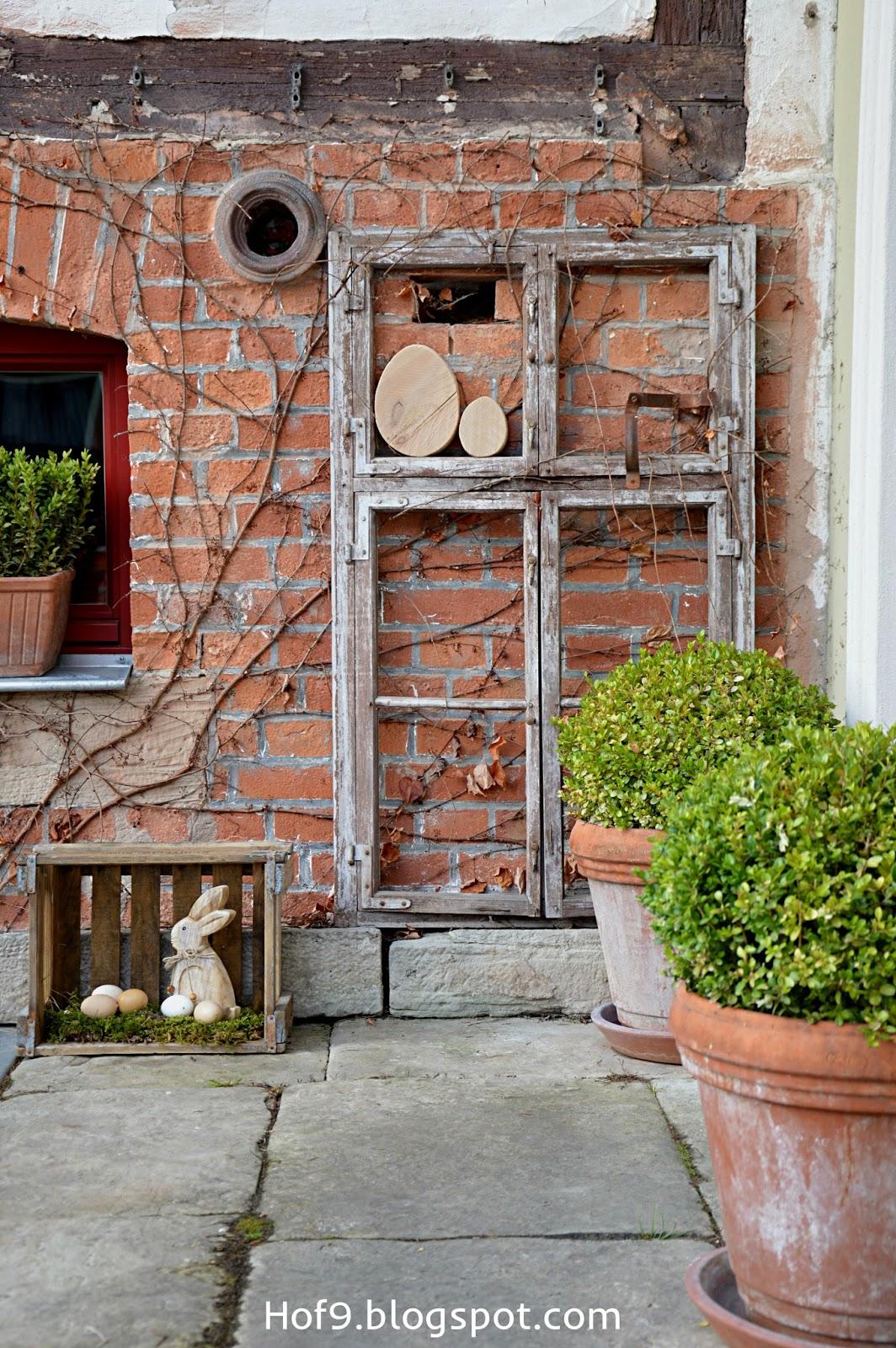 Hof 9 ostern steht vor der t r und ein eier diy for Gartendeko altes fenster