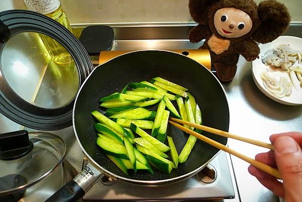 イカとキュウリの梅ダレ炒めの作り方(2)