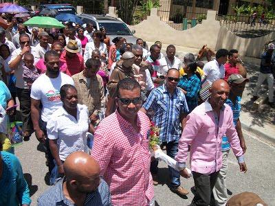 Católicos desafían sofocante calor peregrinación San Antonio