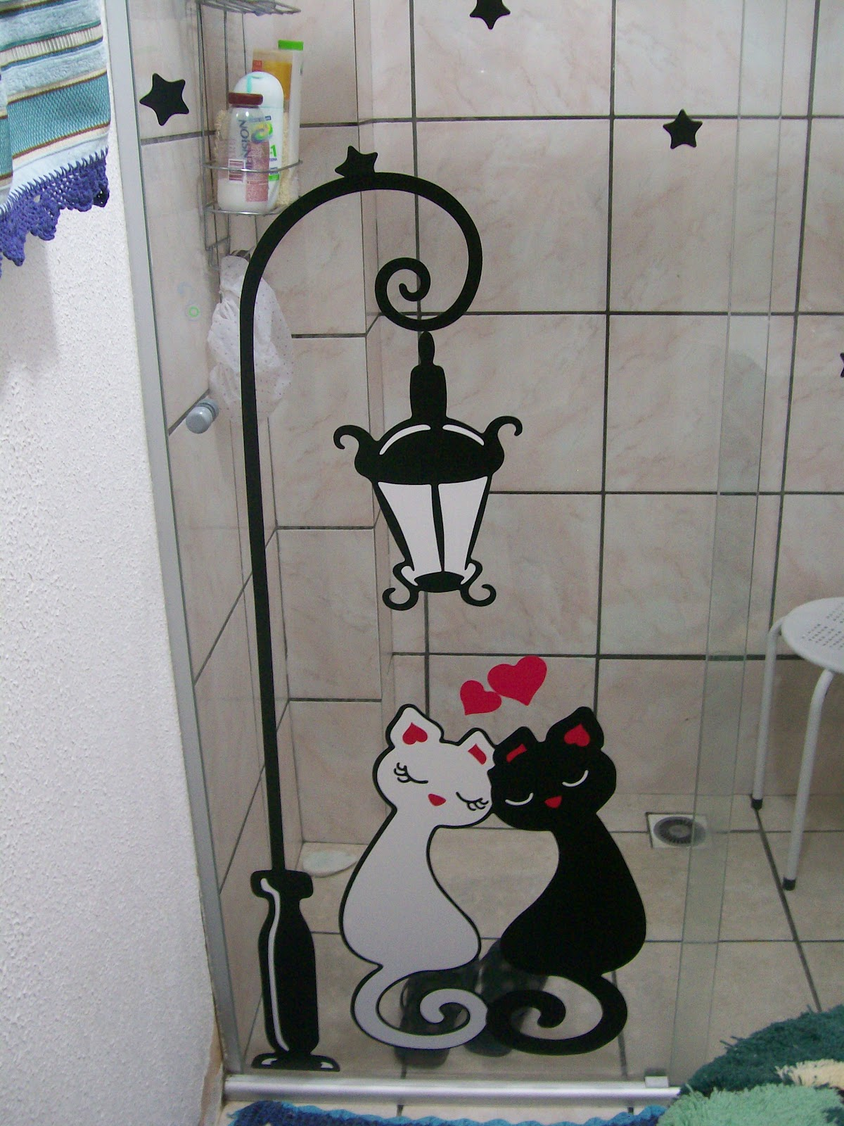 decoracao micro banheiros:Escrevendo Assim: Decoração: Lá em casa #70363B 1200x1600 Adesivos Para Box De Vidro Banheiro