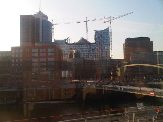 Elbphilharmonie - Hafen Hamburg durch das Fenster der U3