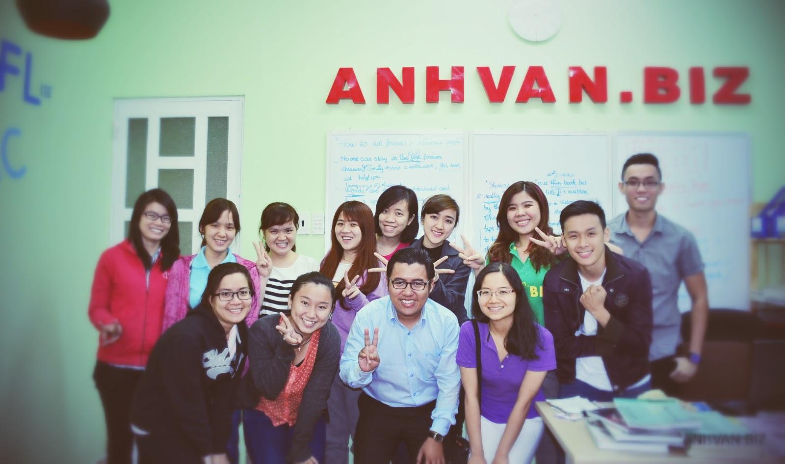 Kỉ Niệm cùng Kháchh mời Phương Tú (áo thun tím hàng đầu) - Đại sứ du học sinh quốc tế Úc 2013