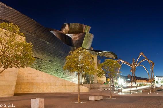 Vista nocturna del Guggenheim y la araña