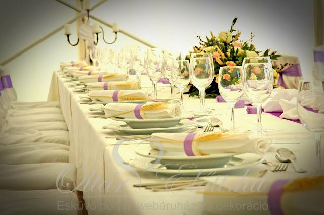 Lila esküvő búzakalász a szalvétában