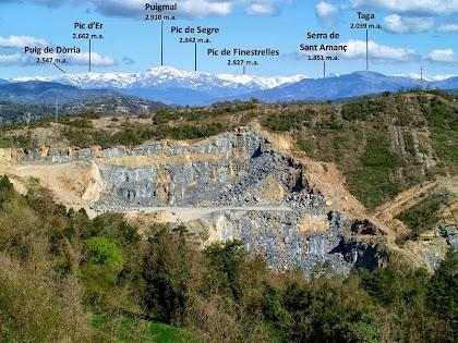 Vista de la pedrera de la C-17 amb el fons presidit pel Puigmal i el Pirineu de Núria