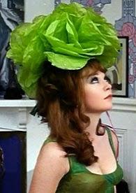 Shirley, con melena y sombrero tipo lechuga