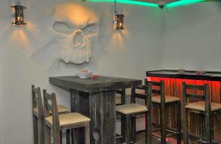 Рок Бар RockIT - скулптура череп излизащ от стената