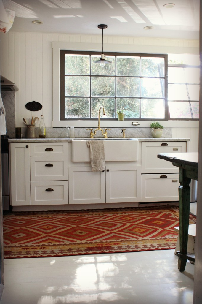 Kitchen Kilims: A round-up of gorgeous farmhouse kitchen completed with a kilim rug!