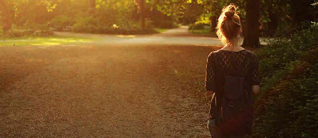 caminar, mochila, chica, atardecer, día soleado, despedida, de espaldas