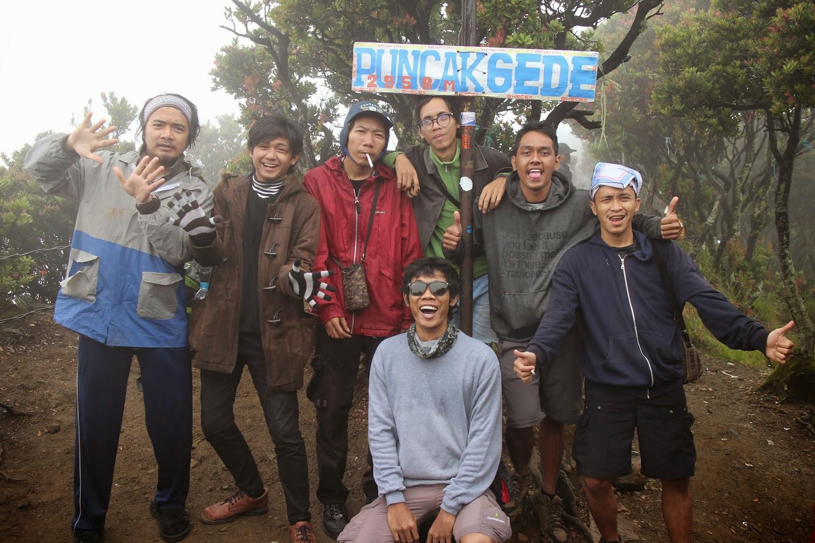 foto bareng satu tim di puncak gunung gede